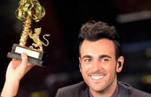 Marco Mengoni, vincitore del Festival, sul palco del teatro Ariston durante la serata finale del Festival di Sanremo, 17 febbraio 2013. ANSA/CLAUDIO ONORATI