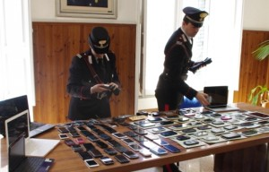 Gli 80 telefoni e Ipad recuperati dai Carabinieri